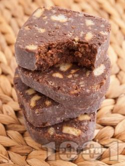 Домашна сладка салам торта за десерт с обикновени бисквити закуска, прясно мляко, орехи, какао и шоколад (оригинална рецепта) - снимка на рецептата